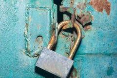 El candado en la puerta del verde del metal Fotos de archivo