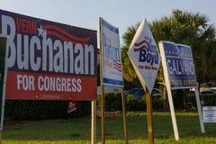 El candidato firma en esquina pública antes de la elección general Foto de archivo libre de regalías