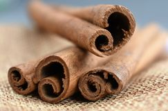 el canela pega marrón macro del ingrediente del aroma imagenes de archivo