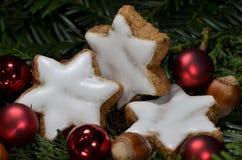El canela protagoniza con las avellanas y las bolas rojas de la Navidad fotografía de archivo