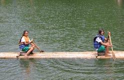 El canoeing de las muchachas Fotos de archivo libres de regalías