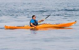 El canoeing del hombre fotografía de archivo libre de regalías