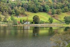 El Canoeing en el agua de Rydal Imágenes de archivo libres de regalías