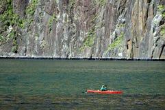 El Canoeing en Fiordland Imágenes de archivo libres de regalías