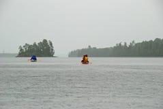 El Canoeing en la lluvia imagen de archivo libre de regalías