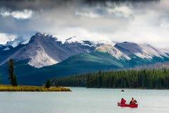 El Canoeing en el lago Maligne imagen de archivo libre de regalías
