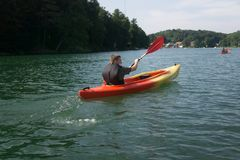 El Canoeing en el lago en verano imagen de archivo