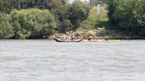 El Canoeing en el río almacen de metraje de vídeo