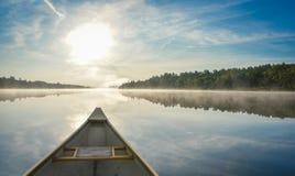 El Canoeing en una mañana brumosa del verano en Corry Lake Fotos de archivo