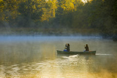 El Canoeing a través de la niebla de la mañana Imagenes de archivo
