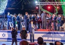 El cantante acompañado por una banda de metales realiza el himno de Israel Atikva en una ceremonia conmemorativa en el sitio conm Fotografía de archivo
