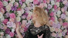 El cantante canta emocionalmente almacen de metraje de vídeo