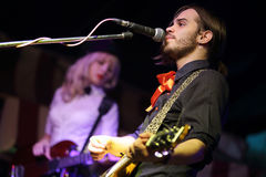 El cantante con una guitarra Fotos de archivo libres de regalías