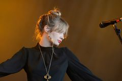 El cantante de Alexandra Savior se realiza en concierto en el festival 2017 del sonido de Primavera Imagen de archivo