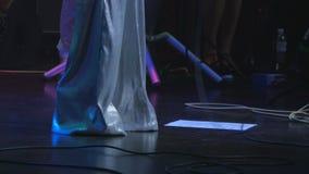 El cantante en traje baila en la etapa durante concierto almacen de video