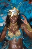 El cantante en un grupo de bailarines se realiza en el carnaval anual imagenes de archivo