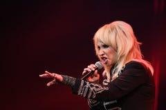 El cantante Irina Allegrova se realiza en etapa durante el 50.o concierto del cumpleaños del año de Viktor Drobysh en Barclay Cen Foto de archivo