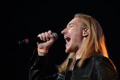 El cantante Ivan Aleksander Ivanov se realiza en etapa durante el 50.o concierto del cumpleaños del año de Viktor Drobysh en Barc Imagen de archivo