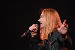 El cantante Ivan Aleksander Ivanov se realiza en etapa durante el 50.o concierto del cumpleaños del año de Viktor Drobysh en Barc Imagen de archivo libre de regalías