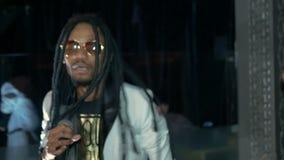 El cantante joven afroamericano canta una canción, desenfocado almacen de video