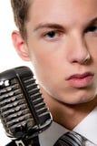 El cantante joven con el mic retro canta Karaoke Foto de archivo libre de regalías