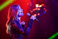 El cantante Kenza Morsli se realiza en etapa durante el concierto grande de los premios 2016 de la música de Apple fotos de archivo