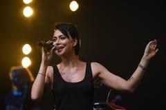 El cantante Nastasia Samburskaya se realiza en etapa durante el 50.o concierto del cumpleaños del año de Viktor Drobysh en Barcla Fotos de archivo