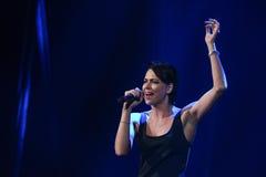 El cantante Nastasia Samburskaya se realiza en etapa durante el 50.o concierto del cumpleaños del año de Viktor Drobysh en Barcla Imagenes de archivo