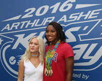 El cantante y el compositor suecos Zara Larsson L y Río 2016 Olimpiadas defienden al nadador Simone Manuel imagenes de archivo