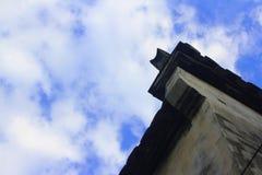 El canto debajo del cielo azul Fotografía de archivo