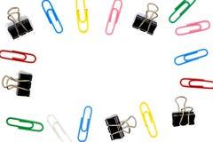 El capítulo de multicolor de paperclips y de la carpeta acorta en el fondo blanco Fotografía de archivo libre de regalías