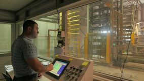El capataz controla la producción del cuarto del operador en una fábrica de los bloques de cemento almacen de video