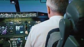 El capitán es controles el aeroplano, vista posterior metrajes