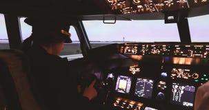 El capitán experimental femenino se prepara para el avión del despegue almacen de metraje de vídeo