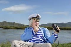El capitán mira a través de los prismáticos Imagen de archivo libre de regalías