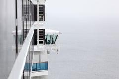 El capitán se coloca en pequeña cabina a bordo de la nave fotos de archivo