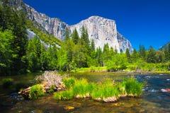 El Capitan岩石和默塞德河在优胜美地国家公园,加利福尼亚 免版税库存照片