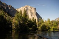 El Capitan看法与默塞德河的前景的 库存照片