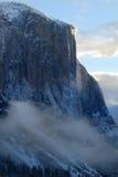 EL Capitan belichtet durch steigende Sonne auf einem nebelhaften Morgen Lizenzfreies Stockbild