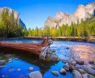 EL Capitan et demi dôme de rivière de Yosemite Merced Photographie stock