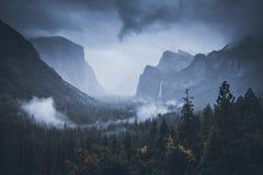 el capitan Katedralne skały park narodowy wejściowa sequoia mgła Wschód słońca Nov 2017 Obrazy Stock