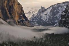 El Capitan och halv kupol över den dimmiga dalen, Yosemite nationalpark Royaltyfri Foto
