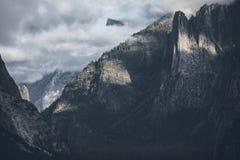 EL Capitan Rocas de la catedral Secoya Park niebla Salida del sol En noviembre de 2017 Fotografía de archivo
