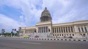 EL Capitolio, roczników amerykańskimi samochodami dalej ludźmi i hawański, KUBA, MAJU 13 lub Krajowego Capitol budynku z -, 2018  zdjęcie wideo
