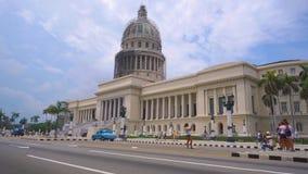 EL Capitolio, roczników amerykańskimi samochodami dalej ludźmi i hawański, KUBA, MAJU 13 lub Krajowego Capitol budynku z -, 2018  zbiory