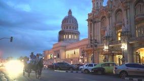 EL Capitolio w zmierzchu z roczników amerykańskimi samochodami ludźmi na ulicach w 4k i hawański, KUBA, MAJU - 13, 2018 - zbiory