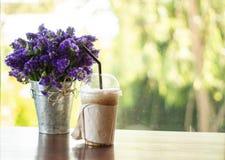 El capuchino helado en la tabla de madera en restaurante de la cafetería tiene listo a servido fotografía de archivo