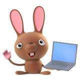 el carácter divertido del conejo de conejito de pascua de la historieta 3d tiene una PC del ordenador portátil Fotografía de archivo libre de regalías