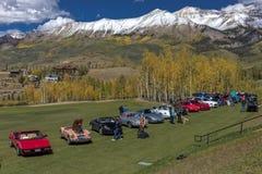 El Car Show del telururo en otoño con nieve capsuló las montañas en beaut Imagen de archivo