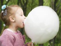 El caramelo de algodón come Foto de archivo